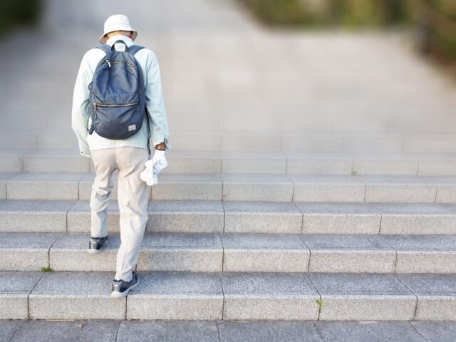 階段をのぼる老男性